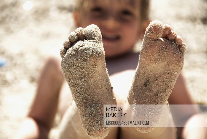 Child with sandy feets